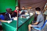 Pengendara menjalani sidang ditempat usai terjaring dalam Operasi Yustisi Penegakan Disiplin Protokol Kesehatan di Pamekasan, Jawa Timur, Senin (14/9/2020). Dalam operasi tersebut terjaring ratusan warga yang tidak memakai masker dan diwajibakan membayar sejumlah uang sebagai dendanya Antara Jatim/Saiful Bahri/zk.