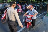 Polisi menghentikan pengendara yang tidak menggunakan maskersaat Operasi Yustisi Penegakan Disiplin Protokol Kesehatan di Pamekasan, Jawa Timur, Senin (14/9/2020). Dalam operasi tersebut terjaring ratusan warga yang tidak memakai masker dan diwajibakan membayar sejumlah uang sebagai dendanya Antara Jatim/Saiful Bahri/zk.