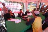 Pengendara yang terjaring tidak menggunakan masker menjalani sidang di tempat saat operasi yustisi penegakan disiplin protokol kesehatan di Kota Kediri, Jawa Timur, Selasa (15/9/2020). Sejumlah pengendara pelanggar protokol kesehatan dikenakan denda Rp50 ribu dan diberikan masker gratis sebagai upaya penyadaran kepada masyarakat untuk berperan aktif mencegah penularan COVID-19. Antara Jatim/Prasetia Fauzani/zk