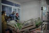 Gubernur Jawa Barat Ridwan Kamil (kedua kanan) bersama istri, Atalia Praratya (kanan) meninjau sebuah ruangan pasien di Rumah Sakit Khusus Ibu dan Anak (RSKIA) Bandung, Jawa Barat, Senin (14/9/2020). Peninjauan tersebut dilakukan dalam rangka memastikan kesiapan fasilitas kesehatan RSKIA dalam penanganan darurat COVID-19. ANTARA JABAR/Raisan Al Farisi/agr