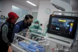 Gubernur Jawa Barat Ridwan Kamil (kedua kiri) bersama istri, Atalia Praratya (kiri) meninjau ruangan perinatologi di Rumah Sakit Khusus Ibu dan Anak (RSKIA) Bandung, Jawa Barat, Senin (14/9/2020). Peninjauan tersebut dilakukan dalam rangka memastikan kesiapan fasilitas kesehatan RSKIA dalam penanganan darurat COVID-19. ANTARA JABAR/Raisan Al Farisi/agr