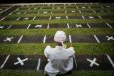Seorang umat Hindu melaksanakan ibadah di Pura yang sudah disiapkan tanda jarak di Pura Kerta Jaya, Kota Tangerang, Banten, Selasa (15/9/2020). Persiapan tersebut dilakukan jelang Hari Raya Galungan yang jatuh pada 16 September 2020. ANTARA FOTO/Fauzan/nym.