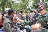 Polres Palu - Kodim Donggala bagikan masker gratis kepada masyarakat