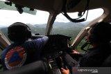 Petugas Badan Nasional Penanggulangan Bencana (BNPB) melakukan patroli udara kebakaran hutan dan lahan (karhutla) di sejumlah Kabupaten di Kalimantan Selatan, Selasa (5/9/2020). Berdasarkan data yang di rilis aplikasi SiPongi karhutla monitoring sistem milik Kementerian Lingkungan Hidup dan Kehutanan (KLHK) luas karhutla di Indonesia mengalami penurunan di bandingkan tahun lalu dari bulan Januari hingga September tahun 2020 tercatat 64.600 hektare dan masih terus meluas. Foto Antaranews Kalsel/Bayu Pratama S.