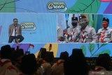 Gubernur Jawa Timur Khofifah Indar Parawansa (kanan) berbincang dengan penyanyi Judika (kiri) secara virtual saat pembukaan East Java Green Scout Innovation 2020 di Surabaya, Jawa Timur, Selasa (15/9/2020). Kegiatan yang menerapkan protokol kesehatan secara ketat dengan melibatkan sekitar 1.100 anggota Pramuka Penegak dan Pandega secara langsung serta virtual tersebut guna menciptakan kerelawanan Pramuka dalam menjaga lingkungan dan kepekaan sosial. Antara Jatim/Moch Asim/zk.