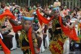 Penari dari Sanggar Bintang Tradisional Dance menampilkan Tari Jejer Jaran Dawok saat pembukaan East Java Green Scout Innovation 2020 di Surabaya, Jawa Timur, Selasa (15/9/2020). Kegiatan yang menerapkan protokol kesehatan secara ketat dengan melibatkan sekitar 1.100 anggota Pramuka Penegak dan Pandega secara langsung serta virtual tersebut guna menciptakan kerelawanan Pramuka dalam menjaga lingkungan dan kepekaan sosial. Antara Jatim/Moch Asim/zk.