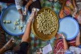 Pekerja menyelesaikan pembuatan tahu bulat di sentral tahu bulat di Desa Cipaku, Kabupaten Ciamis, Jawa Barat, Selasa (15/9/2020). Pengusaha tahu bulat masih bertahan memproduksi 150 ribu tahu bulat per hari untuk dipasarkan ke Jakarta meski kembali diterapkan PSBB. ANTARA JABAR/Adeng Bustomi/agr