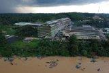 Foto aerial suasana penambangan emas menggunakan dompeng di Sungai Batang Jujuhan, tepi Jalan Lintas Sumatera, Bungo, Jambi, Selasa (15/9/2020). Warga sekitar menyebutkan aktivitas tersebut telah berlangsung sejak sebulan terakhir seiring mulai menyusutnya debit air. ANTARA FOTO/Wahdi Septiawan/pras.