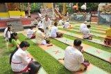 Sejumlah umat Hindu melaksanakan persembahyangan Hari Raya Galungan di Pura Agung Sriwijaya Palembang, Sumsel, Rabu (16/9/2020). Hari Raya Galungan di sejumlah tempat ibadah umat Hindu di Kota Palembang diselenggarakan dengan menerapkan protokol kesehatan. ANTARA FOTO/Feny Selly/nym
