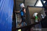 Pekerja mengangkat beras di gudang Tunggorono 2, Kabupaten Jombang, Jawa Timur, Rabu (16/9/2020). Perum Bulog akan menyalurkan 450.000 ton beras selama tiga bulan pada Agustus sampai Oktober 2020 untuk Program Bantuan Sosial (Bansos) kepada 10 juta keluarga penerima manfaat program keluarga harapan (KPM-PKH). Antara Jatim/Syaiful Arif/zk
