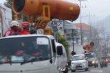 Petugas Palang Merah Indonesia (PMI) mengoperasikan mobil gunners spraying untuk menyemprotkan cairan disinfektan di Kota Kediri, Jawa Timur, Rabu (16/9/2020). Pemerintah daerah setempat melakukan penyemprotan disinfektan secara massal seiring bertambahnya jumlah kasus positif COVID-19 sekaligus sebagai upaya mengingatkan masyarakat agar disiplin menerapkan protokol kesehatan. Antara Jatim/Prasetia Fauzani/zk.