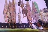 Dalang cilik Mohammad Alfin memaikan wayang kulit dengan lakon Wahyu Cakraningrat yang disiarkan secara daring di Kota Kediri, Jawa Timur, Rabu (16/9/2020). Pagelaran wayang kulit kolaborasi dua dalang muda, satu dalang cilik, dan sejumlah sinden cilik tersebut diselenggarakan pemerintah daerah setempat guna mengapresiasi dan mendorong regenerasi pelaku kesenian tradisional wayang kulit. Antara Jatim/Prasetia Fauzani/zk