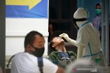 Petugas medis melakukan tes usap terhadap warga dan pasien di Klinik Pinere Rumah Sakit Umum Zainal Abidin, Banda Aceh, Rabu (16/9/2020). Tes usap yang dilakukan sebagian warga atas inisiatif mereka dan juga pasien rujukan dari sejumlah puskesmas itu salah satu upaya mengantisipasi peningkatan kasus COVID-19 yang hingga Selasa (15/9/2020) secara kumulatif bertambah menjadi sebanyak 3.031 orang, di antaranya sebanyak 700 pasien sembuh, 104 meninggal dunia dan 2.227 dalam penanganan medis. Antara Aceh/Ampelsa.