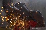 Peserta menyelesaikan rancangan plat saat mengikuti pelatihan las Shield Metal Arc Welding (SMAW) 3G di Balai Latihan Kerja, Dinas Tenaga Kerja dan Transmigrasi, Karawang, Jawa Barat, Rabu (16/9/2020). Kementerian Ketenagakerjaan menargetkan akan mendirikan 1000 Balai Latihan Kerja (BLK) Komunitas yang tersebar di seluruh wilayah Indonesia selama tahun 2020 untuk melengkapi