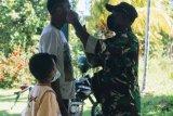 Prajurit TNI Serka Onesimus bagikan masker gratis di Kampung Urei Fasei Waropen