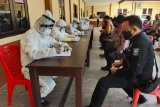 Anggota Polres Kupang jalani tes cepat usai Kapolresnya positif COVID-19