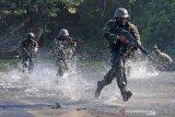 Prajurit Brigif 2 Marinir melaksanakan manuver setelah menembak dari atas perahu karet saat Latihan Satuan Lanjutan (LSL) I TW.II tahun 2020 di daerah latihan Korps Marinir pantai Baruna  Kondang Iwak, Malang Selatan, Jawa Timur. Rabu (16/9/2020). Latihan tersebut bertujuan untuk meningkatkan profesionalisme prajurit Brigif 2 Marinir sebagai pasukan pendarat amfibi Korps Marinir. Antara Jatim/Serka Mar Kuwadi/zk