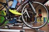 Atlet balap sepeda melakukan latihan di atas roller trainer di Kota Madiun Jawa Timur, Rabu (16/9/2020). Sejumlah atlet balap sepeda Kota Madiun menambah jadwal dan memantapkan latihan guna persiapan mengikuti  lomba balap sepeda di Solo, Jawa Tengah, Minggu (20/9). Antara Jatim/Siswowidodo/zk
