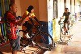 Pelatih balap sepeda Ferinanto (kiri) memberikan arahan kepada atlet balap sepeda saat melakukan latihan di atas roller trainer di Kota Madiun Jawa Timur, Rabu (16/9/2020). Sejumlah atlet balap sepeda Kota Madiun menambah jadwal dan memantapkan latihan guna persiapan mengikuti  lomba balap sepeda di Solo, Jawa Tengah, Minggu (20/9). Antara Jatim/Siswowidodo/zk