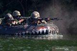 Prajurit Brigif 2 Marinir melaksanakan menembak di atas perahu karet saat Latihan Satuan Lanjutan (LSL) I TW.II tahun 2020 di daerah latihan Korps Marinir pantai Baruna  Kondang Iwak, Malang Selatan, Jawa Timur. Rabu (16/9/2020). Latihan tersebut bertujuan untuk meningkatkan profesionalisme prajurit Brigif 2 Marinir sebagai pasukan pendarat amfibi Korps Marinir. Antara Jatim/Serka Mar Kuwadi/zk