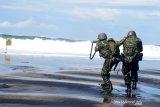 Prajurit Brigif 2 Marinir melaksanakan menembak saat Latihan Satuan Lanjutan (LSL) I TW.II tahun 2020 di daerah latihan Korps Marinir pantai Baruna  Kondang Iwak, Malang Selatan, Jawa Timur. Rabu (16/9/2020). Latihan tersebut bertujuan untuk meningkatkan profesionalisme prajurit Brigif 2 Marinir sebagai pasukan pendarat amfibi Korps Marinir. Antara Jatim/Serka Mar Kuwadi/zk