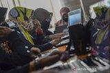 Sejumlah guru mengikuti pelatihan penggunaan aplikasi Ayobelajar di Aula Diskominfo Kota Tasikmalaya, Jawa Barat, Kamis (17/9/2020). Diskominfo Kota Tasikmalaya memberikan pelatihan cara mengoperasikan Aplikasi ayobelajar.tasikmalayakota.go.id kepada 231 guru SD dan 75 guru SMP untuk memudahkan kegiatan belajar mengajar secara daring dengan layanan yang menyediakan soal hingga memberikan nilai kepada peserta didik, bahkan membantu siswa yang tidak memiliki telepon pintar. ANTARA JABAR/Adeng Bustomi/agr