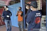 Relawan COVID-19 dari Rumah Sakit Umum Daerah (RSUD) Dr Slamet Garut memberikan imbauan kepada warga terkait penggunaan masker di kawasan Tarogong Kidul, Kabupaten Garut, Jawa Barat, Kamis (17/9/2020). Pemerintah Kabupaten Garut membentuk 600 relawan dari Aparatur Sipil Negara (ASN) untuk sosialisasi protokol kesehatan di tempat publik guna memutus rantai penyebaran COVID-19. ANTARA JABAR/Candra Yanuarsyah/agr