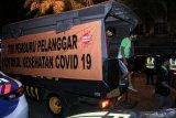 Warga yang terjaring oleh Tim Pemburu Pelanggar Protokol Kesehatan COVID-19 turun dari truk di Waru, Sidoarjo, Jawa Timur, Kamis (17/9/2020). Tim Pemburu Pelanggar Protokol Kesehatan COVID-19 yang bergerak di berbagai kawasan di Sidoarjo itu menjaring sejumlah orang yang tidak menggunakan masker dan selanjutnya disidang dengan sanksi denda sebesar Rp150 ribu. Antara Jatim/Umarul Faruq/zk