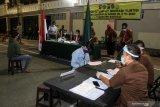 Warga yang terjaring oleh Tim Pemburu Pelanggar Protokol Kesehatan COVID-19 mengikuti sidang di tempat di Waru, Sidoarjo, Jawa Timur, Kamis (17/9/2020). Tim Pemburu Pelanggar Protokol Kesehatan COVID-19 yang bergerak di berbagai kawasan di Sidoarjo itu menjaring sejumlah orang yang tidak menggunakan masker dan selanjutnya disidang dengan sanksi denda sebesar Rp150 ribu. Antara Jatim/Umarul Faruq/zk