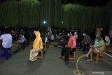 Warga yang terjaring oleh Tim Pemburu Pelanggar Protokol Kesehatan COVID-19 mengantre sidang di Waru, Sidoarjo, Jawa Timur, Kamis (17/9/2020). Tim Pemburu Pelanggar Protokol Kesehatan COVID-19 yang bergerak di berbagai kawasan di Sidoarjo itu menjaring sejumlah orang yang tidak menggunakan masker dan selanjutnya disidang dengan sanksi denda sebesar Rp150 ribu. Antara Jatim/Umarul Faruq/zk
