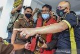 Anggota Kejaksaan Negeri (Kejari) Ciamis mengiring tersangka mantan Kepala Desa Panjalu inisial RH di Kantor Kejari Ciamis, Jawa Barat, Rabu (16/9/2020). Berdasarkan hasil laporan perhitungan Badan Pemeriksa Keuangan Provinsi (BPKP) RH ditetapkan menjadi tersangka dugaan tindak pidana korupsi retribusi wisata Situ Lengkong Panjalu dengan kerugian negara sebesar Rp2,2 miliar pada tahun 2015-2018 karena tidak menyetorkan Pendapatan Asli Daerah (PAD) sesuai Perbup Ciamis tentang dana bagi hasil. ANTARA JABAR/Adeng Bustomi/agr