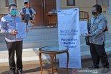 ASTRA TOL TANGERANG-MERAK SALURKAN BANTUAN VENTILATOR. Gubernur Banten Wahidin Halim (tengah) menyaksikan serah terima bantuan ventilator untuk rumah sakit rujukan oleh Presdir PT Marga Mandalasakti Kris Ade Sudiyono (kanan) kepada Sekda Provinsi Banten Al Muktabar (kiri) di Serang, Kamis (17/9/2020). Astra Grup melalui program Nurani Astra menyalurkan bantuan 50 ventilator senilai Rp20,8 miliar untuk berbagai rumah sakit rujukan yang merawat pasien COVID-19 yang tersebar di 18 Provinsi di Indonesia sehingga total bantuan yang disalurkan ASTRA Grup mencapai Rp151,8 miliar untuk menanggulangi penyebaran COVID-19 di Indonesia. ANTARA FOTO/Asep Fathulrahman/Bas