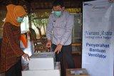 ASTRA TOL TANGERANG-MERAK SALURKAN BANTUAN VENTILATOR. Presdir PT Marga Mandalasakti Kris Ade Sudiyono (kanan) bersama Kadis Kesehatan Provinsi Banten Ati Pramudji Hastuti (kiri) memeriksa paket bantuan ventilator untuk RS Rujukan di Banten usai acara serah terima, di Serang, Kamis (17/9/2020). Astra Grup melalui program Nurani Astra menyalurkan bantuan 50 ventilator senilai Rp20,8 miliar untuk berbagai rumah sakit rujukan yang merawat pasien COVID-19 yang tersebar di 18 Provinsi di Indonesia sehingga total bantuan yang disalurkan ASTRA Grup mencapai Rp151,8 miliar untuk menanggulangi penyebaran COVID-19 di Indonesia. ANTARA FOTO/Asep Fathulrahman/Bas