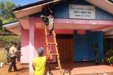 Prajurit Bintaldam XVII/Cenderawasih kerja bakti rumah ibadah Gereja Pantekosta