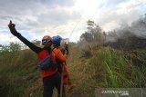 Petugas Badan Penanggulangan Bencana Daerah (BPBD) Kalimantan Selatan berupaya memadamkan api yang membakar semak belukar di Banjarbaru, Kalimantan Selatan, Jumat (18/9/2020). Kebakaran hutan dan lahan (karhutla) di Kalimantan Selatan mulai marak terjadi dalam beberapa hari belakangan ini akibat faktor cuaca panas serta angin kencang yang terjadi di sejumlah kabupaten dan kota. Foto Antaranews Kalsel/Bayu Pratama S.