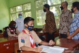 Gubernur Jawa Timur Khofifah Indar Parawansa (kedua kiri) didampingi Bupati Madiun Ahmad Dawami (ketiga kanan) meninjau ruang kelas di SMAN 2 Mejayan saat melakukan kunjungan kerja di Kabupaten Madiun, Jawa Timur, Jumat (18/9/2020). Selain meninjau SMAN dan SMK  di Madiun, Gubernur Jawa Timur juga menyerahkan secara simbolis kartu internet gratis XL Axiata sebanyak 1,3 juta kartu bagi siswa dan 100 ribu bagi guru untuk belajar daring di Jawa Timur serta ventilator kepada 15 RSUD dan RS rujukan COVID-19. Antara Jatim/Siswowidodo/zk