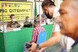Petugas gabungan melakukan sidang di tempat terhadap pelanggar disiplin penggunaan masker di Tulungagung, Jawa Timur, Jumat (18/9/2020). Dalam operasi yustisi gabungan TNI-Polri, kejaksaan, kehakiman dan satpol PP itu, pelanggar disiplin protokol kesehatan yang kedapatan tidak mengenakan masker dikenai sanksi administratif Rp25 ribu atau hukuman kurungan dua hari sebagai efek jera. Antara Jatim/Destyan Sujarwoko/zk