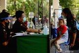 Petugas gabungan melakukan sidang di tempat pelanggar disiplin penggunaan masker di Tulungagung, Jawa Timur, Jumat (18/9/2020).Dalam operasi yustisi gabungan TNI-Polri, kejaksaan, kehakiman dan satpol PP itu, pelanggar disiplin protokol kesehatan yang kedapatan tidak mengenakan masker dikenai sanksi administratif Rp25 ribu atau hukuman kurungan dua hari sebagai efek jera. Antara Jatim/Destyan Sujarwoko/zk