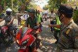 Petugas gabungan melakukan operasi penegakan disiplin penggunaan masker di Tulungagung, Jawa Timur, Jumat (18/9/2020). Dalam operasi yustisi gabungan TNI-Polri, kejaksaan, kehakiman dan satpol PP itu, pelanggar disiplin protokol kesehatan yang kedapatan tidak mengenakan masker dikenai sanksi administratif Rp25 ribu atau hukuman kurungan dua hari sebagai efek jera. Antara Jatim/Destyan Sujarwoko/zk