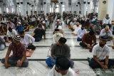 Jamaah mengenakan masker dan menjaga jarak saat mendengarkan khotbah Shalat Jumat di Masjid Raya Baiturrahman, Banda Aceh, Aceh, Jumat (18/9/2020). Pemerintah Aceh memperketat penerapan protokol kesehatan termasuk di masjid , rumah ibadah lainnya dan pusat keramaian dengan disertai sanksi sosial bagi pelanggar sehubungan terjadinya peningkatan kasus COVID-19. Antara Aceh/Ampelsa.