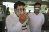 Pasangan Bakal Calon Wali Kota dan Wakil Wali Kota Surabaya Machfud Arifin (kiri) dan Mujiaman Sukirno (kanan) berpose saat menjalani pemeriksaan kesehatan di Graha Amerta Rumah Sakit Umum Daerah (RSUD) dr Soetomo Surabaya, Jawa Timur, Jumat (18/9/2020). Pasangan Bakal Calon Wali Kota dan Wakil Wali Kota Surabaya yang didukung delapan partai pengusung yaitu PKB, Gerindra, PKS, Golkar, Demokrat, NasDem, PAN dan PPP itu menjalani pemeriksaan kesehatan dan  psikologi setelah menjalani tes usap COVID-19. Antara Jatim/Didik/Zk