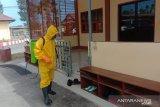 Polres Kupang semprotkan disinfektan cegah  COVID-19
