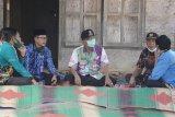 Bupati Pesisir Barat tinjau lokasi pemasangan jaringan listrik di Bengkunat