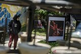 Pengunjung melihat karya foto pada pameran Fotografi Seni Pertunjukkan Bandung di Teras Cikapundung BBWS, Bandung, Jawa Barat, Sabtu (19/9/2020). Pameran kolektif tersebut mengangkat sejumlah kesenian yang biasa tampil di Kota Bandung sebelum pandemi Covid-19 sebagai bagian peringatan Hari Jadi ke-210 Kota Bandung. ANTARA JABAR/Novrian Arbi/agr