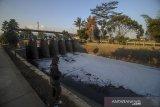 Seorang warga memancing di bantaran Sungai Cipamokolan yang tercemar limbah di Rancasari, Bandung, Jawa Barat, Sabtu (19/9/2020). Warga setempat mengeluhkan air Sungai Cipamokolan yang berubah menjadi hitam, berbusa dan menimbulkan bau yang tidak sedap serta berharap agar dinas terkait dapat menanggulangi permasalahan tersebut guna menghindari potensi penyakit yang akan ditimbulkan. ANTARA JABAR/Raisan Al Farisi/agr