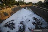 Kondisi Sungai Cipamokolan yang tercemar limbah di Rancasari, Bandung, Jawa Barat, Sabtu (19/9/2020). Warga setempat mengeluhkan air Sungai Cipamokolan yang berubah menjadi hitam, berbusa dan menimbulkan bau yang tidak sedap serta berharap agar dinas terkait dapat menanggulangi permasalahan tersebut guna menghindari potensi penyakit yang akan ditimbulkan. ANTARA JABAR/Raisan Al Farisi/agr