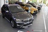 Sejumlah mobil BMW seri X dipamerkan pada ajang BMW X Week di BMW Astra Surabaya, Jawa Timur, Sabtu (19/9/2020).  Pameran tersebut bertujuan untuk menunjukan bahwa Jawa Timur adalah pasar yang penting bagi BMW Astra. Antara Jatim/Zabur Karuru