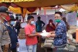 Indra Catri bagikan bantuan kepada korban kebakaran di Maninjau