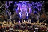 Seniman yang tergabung dalam kelompok Jegog Suar Agung menampilkan kesenian tradisional gamelan Jegog saat Lokaswara Festival di Ubud, Gianyar, Bali, Sabtu (19/9/2020). Festival musik yang juga disiarkan secara 'live streaming' tersebut diharapkan dapat menghidupkan kembali industri pariwisata nasional khususnya di Pulau Dewata dan menghibur masyarakat untuk menikmati pertunjukkan musik secara aman di tengah pandemi COVID-19. ANTARA FOTO/Fikri Yusuf/nym.