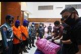 Sejumlah anggota Badan Narkotika Nasional (BNN) memeriksa barang bukti sabu yang berhasil diamankan oleh prajurit TNI AL Dumai di Dumai, Riau, Minggu (20/9/2020). TNI AL Dumai dalam sebuah operasi rahasia pada tanggal 18 September 2020 berhasil menggagalkan penyelundupan 10,751 Kg sabu dari Malaysia di Perairan Titi Akar Pulau Rupat Utara Kabupaten Bengkalis dan berhasil mengamankan dua orang tersangka serta satu kapal kayu nelayan sebagai alat angkutnya. ANTARA FOTO/Aswaddy Hamid/nym.